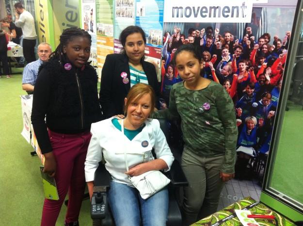 Mylène avec quelques jeunes acteurs dans la lutte contre les discriminations.