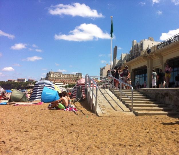 Une plage offrant un passage prévue pour les personnes à mobilité réduite.