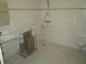 La salle de bain, idéalement accessible.